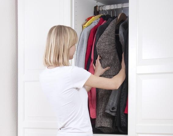Frau sucht im kleiderschrank
